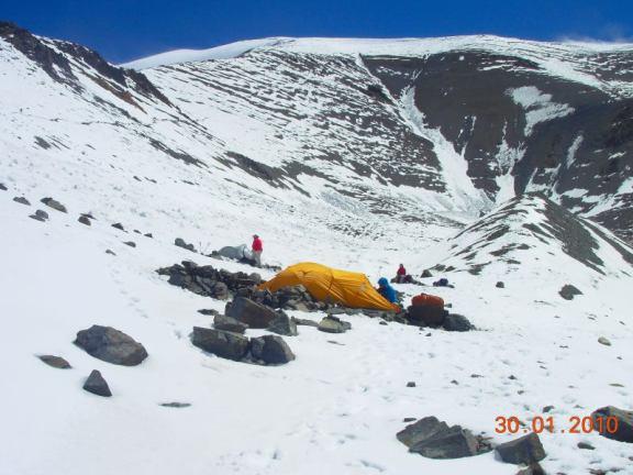 Campamento de La Hoyada y arriba el Segundo Col, foto tomada por el amigo Gerardo Izco, de Aire de los Andes (click para agrandar)