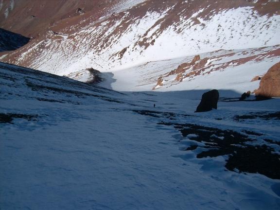 Bajando por la cara este del cerro. En verano es un acarreo intransitable en subida (Click para agrandar)