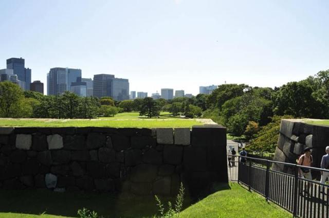 Jardines Orientales del Palacio Imperial y los edificios detrás