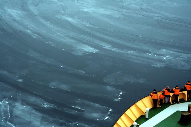 """El """"Nilas"""" es el primer paso en la formación del hielo marino. Noten esas delgadísimas y frágiles capas de hielo flotando"""